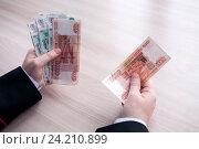 Мужские руки пересчитывают деньги крупные купюры. Стоковое фото, фотограф Катерина Белякина / Фотобанк Лори