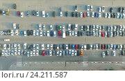 Купить «Автомобили на парковке возле торгового центра», видеоролик № 24211587, снято 13 ноября 2016 г. (c) Арестов Андрей Павлович / Фотобанк Лори