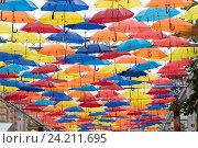 """Санкт-Петербург. Инсталляция """"Парящие зонтики"""" в Соляном переулке (2016 год). Редакционное фото, фотограф Евгений Андреев / Фотобанк Лори"""