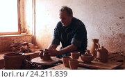 Купить «master among the pottery at the workshop», видеоролик № 24211839, снято 31 октября 2016 г. (c) Яков Филимонов / Фотобанк Лори