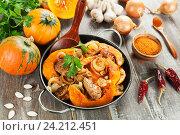 Купить «Мясо запеченное с тыквой в сковороде на столе», фото № 24212451, снято 11 ноября 2016 г. (c) Надежда Мишкова / Фотобанк Лори