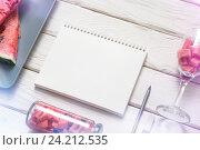 Пустой блокнот на столе. Стоковое фото, фотограф ouh_desire / Фотобанк Лори