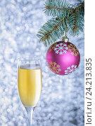 Шампанское и Рождественский шар на елке. Стоковое фото, фотограф Андрей Черников / Фотобанк Лори