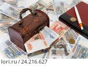 Купить «Сундук с деньгами. Накопления», фото № 24216627, снято 11 ноября 2016 г. (c) Наталья Осипова / Фотобанк Лори