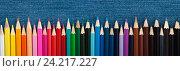Панорама цветных карандашей на синем фоне. Стоковое фото, фотограф Виталий Федоров / Фотобанк Лори