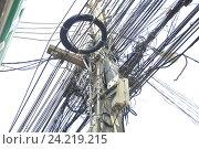 Множество электрических кабелей на столбе. Стоковое фото, фотограф Иван Носков / Фотобанк Лори