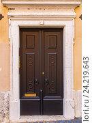 Красивые старые двери в Лиссабоне возле замка Святого Георгия. Стоковое фото, фотограф Михаил Никитин / Фотобанк Лори