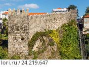 Старая городская стена в Порту, Португалия (2016 год). Стоковое фото, фотограф Михаил Никитин / Фотобанк Лори