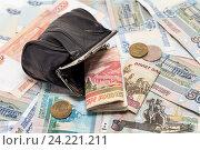 Купить «Кошелек с деньгами на деньгах», фото № 24221211, снято 15 ноября 2016 г. (c) Наталья Осипова / Фотобанк Лори