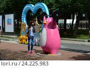 """Купить «Скульптура бело-розового пингвина на праздничной площадке на Тверском бульваре. Фестиваль «Московское мороженое» из цикла """"Московские сезоны""""», эксклюзивное фото № 24225983, снято 9 июля 2016 г. (c) lana1501 / Фотобанк Лори"""