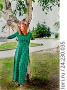 Красивая рыжая девушка у березки летом. Стоковое фото, фотограф Ирина F24 / Фотобанк Лори