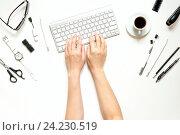 Купить «Рабочий стол женщины с клавиатурой и чашкой кофе», фото № 24230519, снято 13 декабря 2018 г. (c) Екатерина Рыбина / Фотобанк Лори
