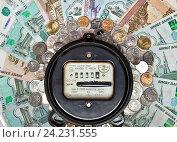 Купить «Счетчик электроэнергии с бумажными и купюрами и монетами», фото № 24231555, снято 19 октября 2018 г. (c) Элина Гаревская / Фотобанк Лори