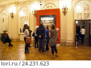 Купить «Люди рассматривают картину на выставке «Последователь Иеронима Босха «Сад земных наслаждений». К завершению реставрации».», эксклюзивное фото № 24231623, снято 16 ноября 2016 г. (c) Румянцева Наталия / Фотобанк Лори
