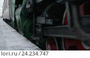 Концепция современной жизни - старого и нового. Паровой поезд прибывает на станцию. Стоковое видео, видеограф Vladimir Botkin / Фотобанк Лори