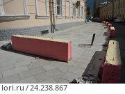 Купить «Ремонт дороги, бетонные заграждения. Калашный переулок. Пресненский район. Москва», эксклюзивное фото № 24238867, снято 9 июля 2016 г. (c) lana1501 / Фотобанк Лори