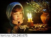 Девочка смотрит на свечи. Стоковое фото, фотограф Марина Володько / Фотобанк Лори
