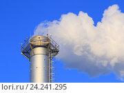 Труба газовой котельной и белый дым идущий из неё. Стоковое фото, фотограф Григорий Писоцкий / Фотобанк Лори
