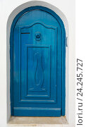 Традиционная голубая дверь с орнаментом. Тунис (2016 год). Стоковое фото, фотограф Арсений Герасименко / Фотобанк Лори
