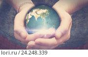Купить «Земля вращается в руках человека», видеоролик № 24248339, снято 20 ноября 2016 г. (c) Роман Будников / Фотобанк Лори