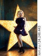 Купить «Красивая блондинка в темно-синем платье на фоне звезды», фото № 24248443, снято 4 июня 2016 г. (c) Людмила Дутко / Фотобанк Лори