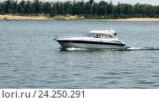 Купить «Моторная яхта на реке», видеоролик № 24250291, снято 19 марта 2014 г. (c) Курганов Александр / Фотобанк Лори