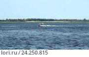 Купить «Моторная яхта на реке», видеоролик № 24250815, снято 25 марта 2014 г. (c) Курганов Александр / Фотобанк Лори