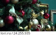 Новый год. Рождество. Дерево. Нарядная Новогодняя елка с игрушками, огни, подарки. Крупный, средний план, движение камеры. Стоковое видео, видеограф Бубнов Дмитрий / Фотобанк Лори