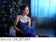 Рождественский портрет красивой женщины в синем свете. Стоковое фото, фотограф Julia Shepeleva / Фотобанк Лори