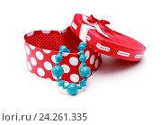 Красная подарочная коробка и голубые бусы. Стоковое фото, фотограф Анастасия Андрюхина / Фотобанк Лори