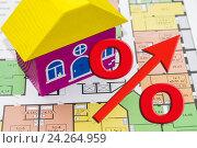 Купить «Деревянный домик и чертеж нового дома», фото № 24264959, снято 24 апреля 2016 г. (c) Сергеев Валерий / Фотобанк Лори