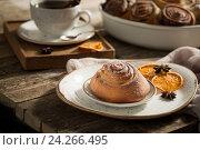 Булочка с корицей и чашка кофе. Стоковое фото, фотограф Julia Besedina / Фотобанк Лори
