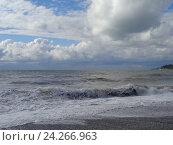Купить «Штормовые волны и низкие облака над морем», фото № 24266963, снято 14 октября 2016 г. (c) DiS / Фотобанк Лори