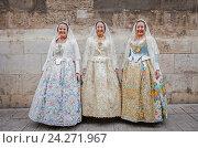 Women in Fallera Costumes during Flower offering parade, tribute to `Virgen de los desamparados', Fallas festival, Plaza de la Virgen square,Valencia. (2016 год). Редакционное фото, фотограф Lucas Vallecillos / age Fotostock / Фотобанк Лори