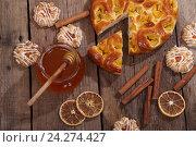 Яблочный пирог с медом, палочками корицы, сушеными апельсинами и печеньем. Стоковое фото, фотограф Марина Володько / Фотобанк Лори
