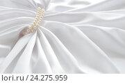 Белый шелк и жемчужные бусы. Стоковое фото, фотограф Юлия Дьякова / Фотобанк Лори