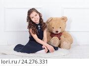 Купить «Девочка с плюшевым мишкой», фото № 24276331, снято 20 марта 2016 г. (c) Игорь Долгов / Фотобанк Лори