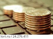Купить «Столбики монет на клавиатуре компьютера . Концепция онлайн оплаты счетов и расходов», фото № 24276411, снято 14 декабря 2014 г. (c) Сергеев Валерий / Фотобанк Лори