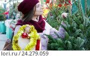 Купить «woman buying Christmas tree», видеоролик № 24279059, снято 2 декабря 2015 г. (c) Яков Филимонов / Фотобанк Лори