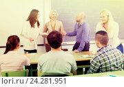 Купить «Professor chatting with students», фото № 24281951, снято 20 апреля 2018 г. (c) Яков Филимонов / Фотобанк Лори