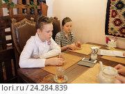 Купить «Шеф повар Алексей Старостин и журналисты пробуют приготовленное им блюдо», эксклюзивное фото № 24284839, снято 30 мая 2016 г. (c) Дмитрий Неумоин / Фотобанк Лори