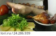 Купить «Рука в холодильники на ощупь находит куриную ножку», видеоролик № 24286939, снято 10 апреля 2016 г. (c) Андрей Шалари / Фотобанк Лори