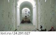 Купить «Склеп внутри белой пещеры монастыря», видеоролик № 24291027, снято 13 июля 2020 г. (c) Vitalii Popov / Фотобанк Лори