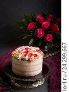 Купить «Праздничный торт с кремом. Украшение в виде праздничного букета роз», фото № 24299667, снято 24 ноября 2016 г. (c) Julia Besedina / Фотобанк Лори