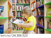Девочка в детской библиотеке. Стоковое фото, фотограф Дарья Филимонова / Фотобанк Лори