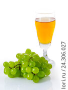 Стакан белого вина и винограда на белом фоне. Стоковое фото, фотограф Виталий Федоров / Фотобанк Лори