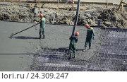 Купить «Заливка бетоном фундамента жилого дома», видеоролик № 24309247, снято 4 мая 2016 г. (c) Сергеев Валерий / Фотобанк Лори