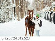 Купить «Красивая девушка и лошадь в зимнем лесу», фото № 24312523, снято 19 декабря 2015 г. (c) Рустам Шигапов / Фотобанк Лори