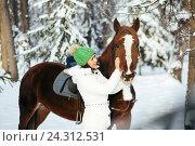 Купить «Красивая девушка и лошадь в зимнем лесу», фото № 24312531, снято 19 декабря 2015 г. (c) Рустам Шигапов / Фотобанк Лори