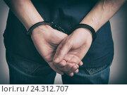 Мужские руки в наручниках. Стоковое фото, фотограф Александр Лычагин / Фотобанк Лори